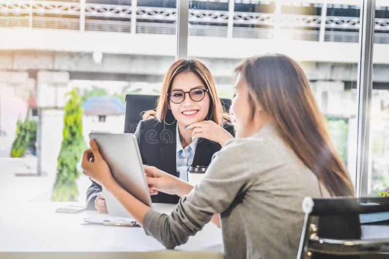 Les personnes de femme d'affaires présent la planification des affaires et les finances rapportent du comprimé pour le CEO dans l photo stock