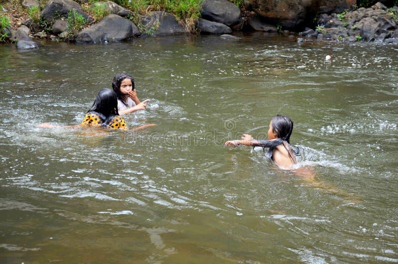Les personnes de fille du Laotien trois jouent et natation dans le courant de Tad Yea images stock