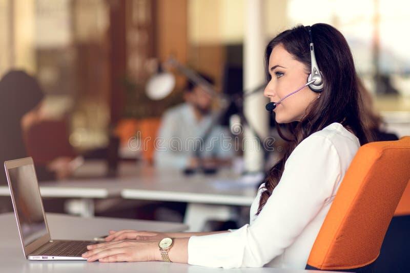 Les personnes de jeune entreprise groupent le travail quotidien fonctionnant au bureau moderne images libres de droits
