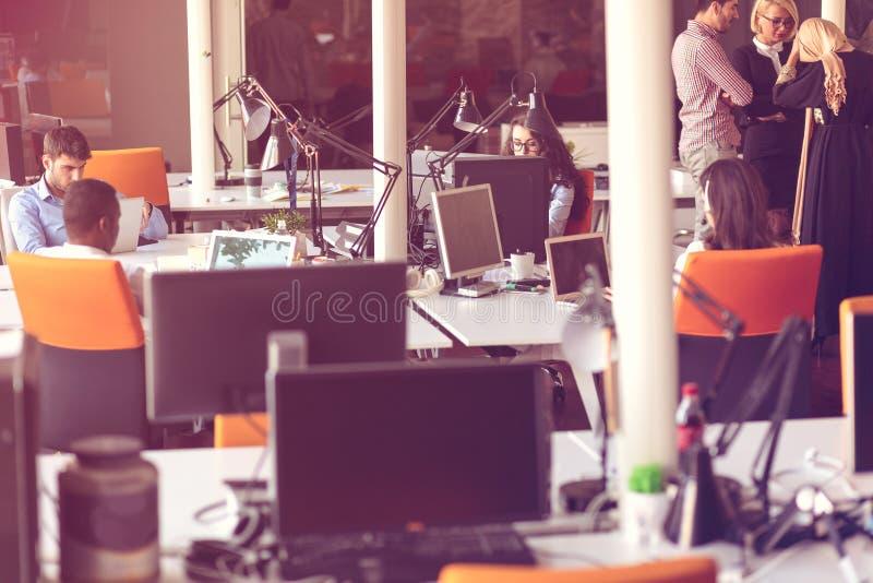 Les personnes de jeune entreprise groupent le travail quotidien fonctionnant au bureau moderne image stock