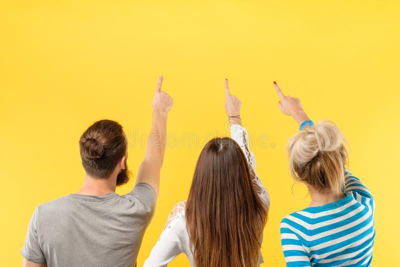 Les personnes de l'espace de copie de publicité dirigent le doigt photos libres de droits