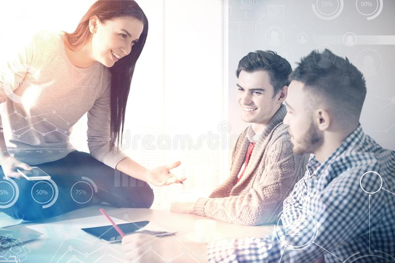 Les personnes de travail d'équipe discutent le processus d'affaires images libres de droits