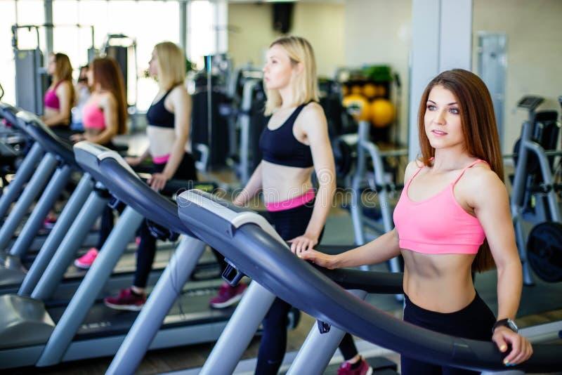 Les personnes en bonne santé faisant la forme physique s'exercent à un centre de sport images libres de droits