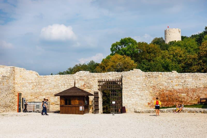 Les personnes inconnues visitent les ruines du château en Kazimierz Dolny chez le fleuve Vistule dans Pola image libre de droits
