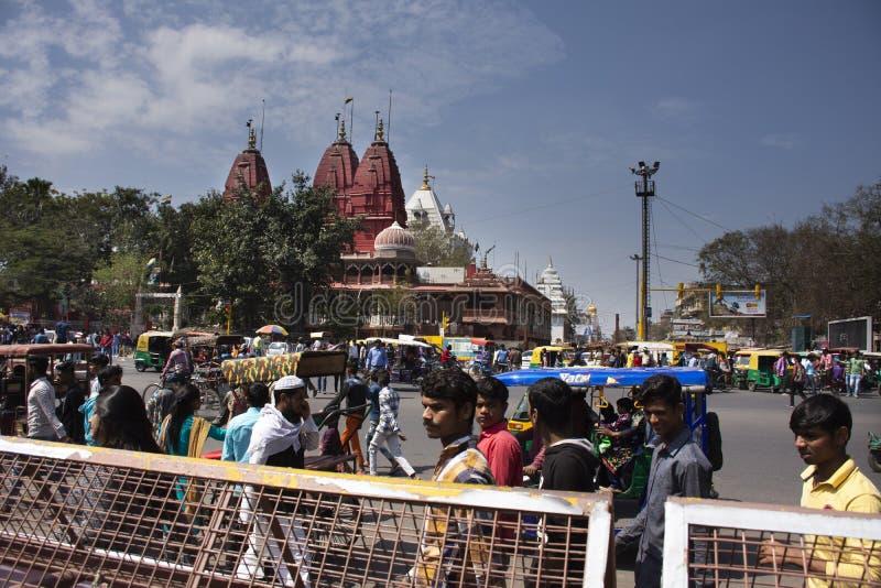 Les personnes indiennes conduisent la voiture et le tour et le vélo et la promenade sur la rue avec la route du trafic au tombeau images stock