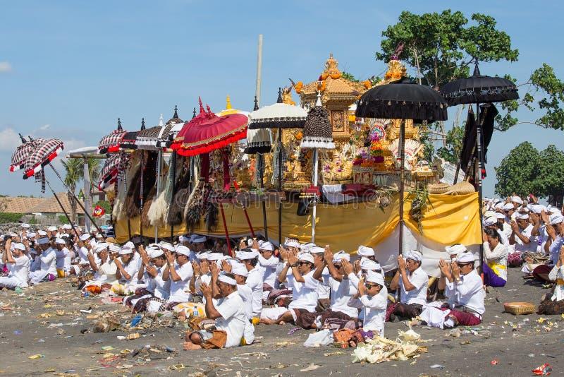 Les personnes indonésiennes célèbrent la nouvelle année de Balinese et l'arrivée du ressort photos libres de droits