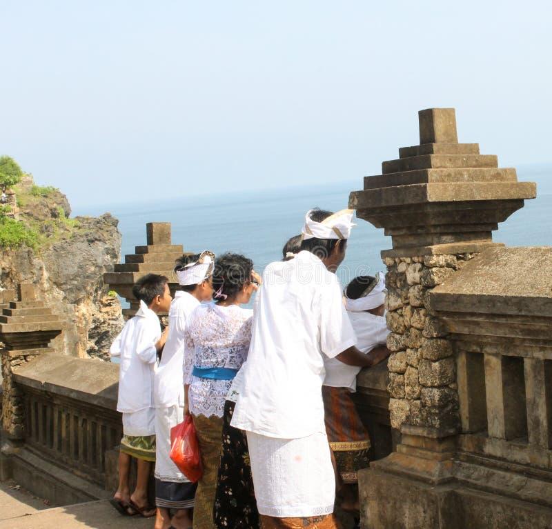 Les personnes indoues de Balinese se sont habillées dans des robes traditionnelles pour prient images stock