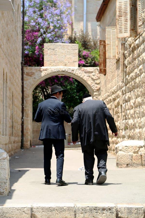 Les personnes juives ont lu la prière près du mur pleurant occidental photographie stock