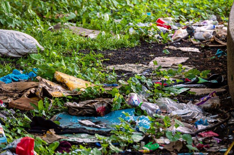 Les personnes négligentes ont laissé de divers types d'ordures de déchets dans l'espace de parc public Conscience environnemental images stock