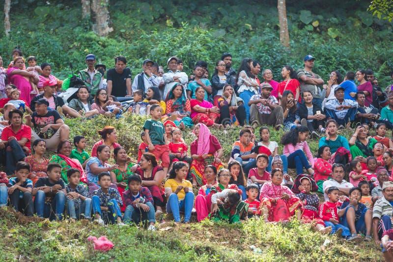 Les personnes népalaises observant Lakhe dansent le festival à Katmandou Népal image stock