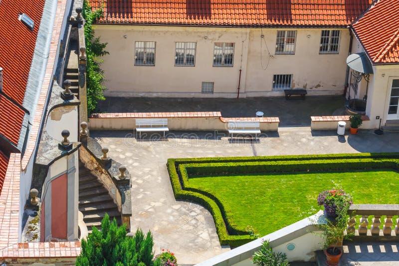 Les personnes non identifiées visitent le jardin célèbre dans le château de Prague, République Tchèque photographie stock