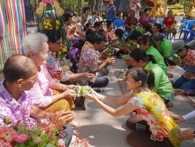Les personnes thaïlandaises célèbrent le festival de Songkran ou le festi thaïlandais du ` s de nouvelle année image libre de droits