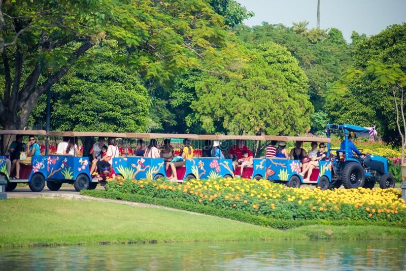 Les personnes thaïlandaises et les touristes montent le visionnement de tram de rue autour du jardin royal de Rama 9 photographie stock