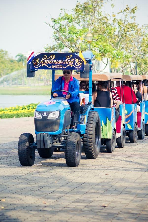 Les personnes thaïlandaises et les touristes montent le visionnement de tram de rue autour du jardin royal de Rama 9 photo stock