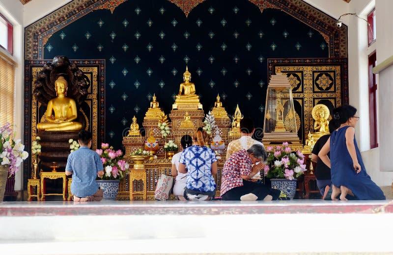 Les personnes thaïlandaises font le mérite avec le Bouddha photographie stock libre de droits