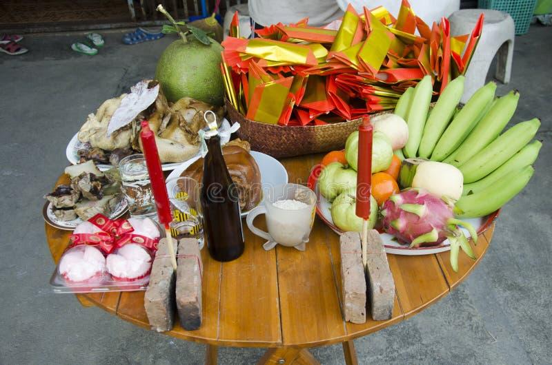 Les personnes thaïlandaises préparent la nourriture de offre sacrificatoire sur la table pour prient photographie stock libre de droits