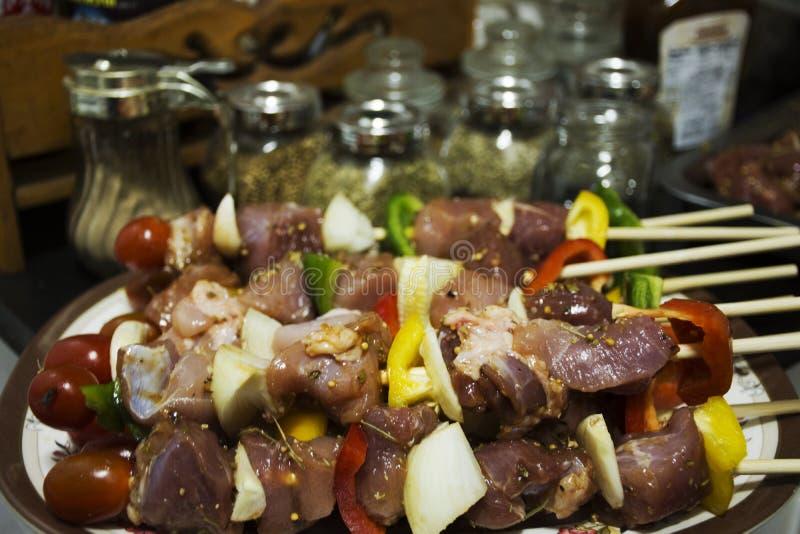 Les personnes thaïlandaises préparent la viande et des fruits de mer pour faire cuire le BBQ image libre de droits