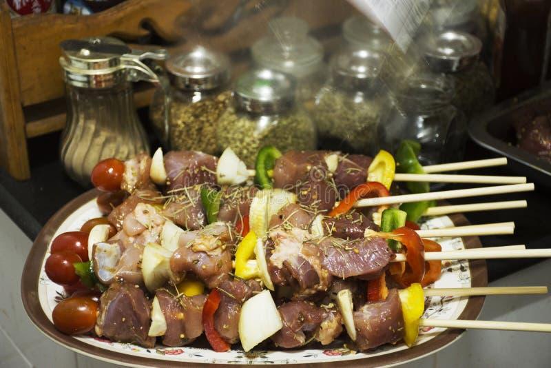 Les personnes thaïlandaises préparent la viande et des fruits de mer pour faire cuire le BBQ photos libres de droits