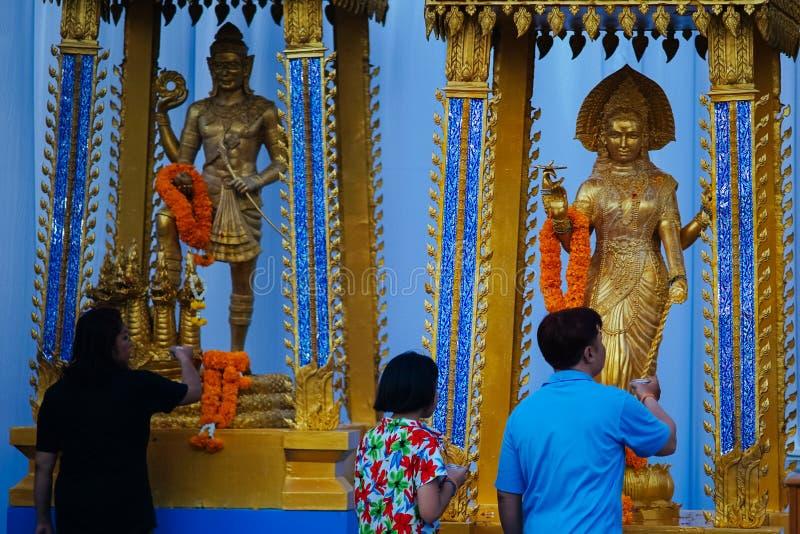 Les personnes thaïlandaises prient pendant le Songkran photo stock