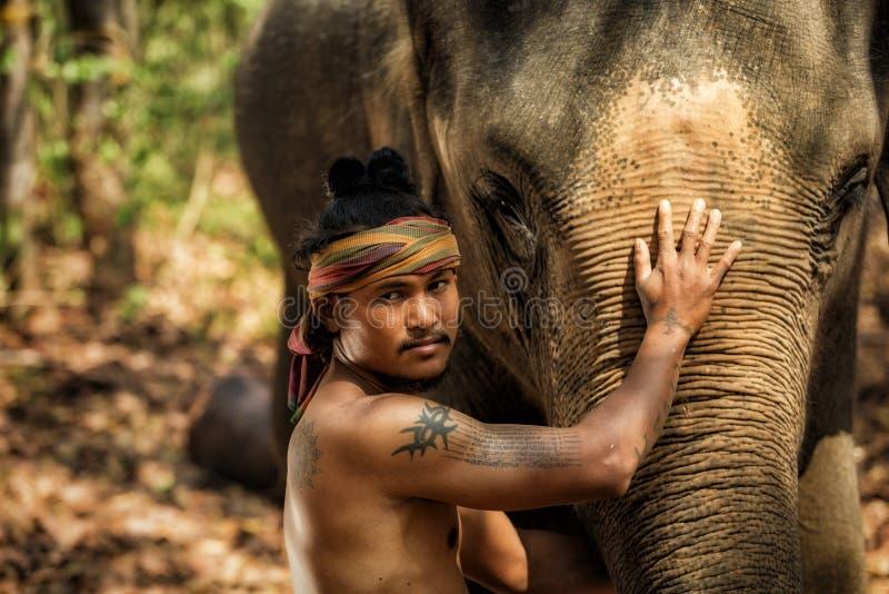 Les personnes thaïlandaises sont éléphant de mahout pour l'éléphant de contrôle et pour la visite images libres de droits