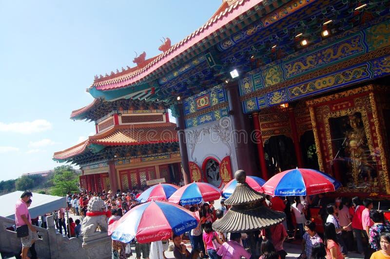 Les personnes thaïlandaises vont chez le temple ou le Wat Borom Raja Kanjanapisek chinois images libres de droits
