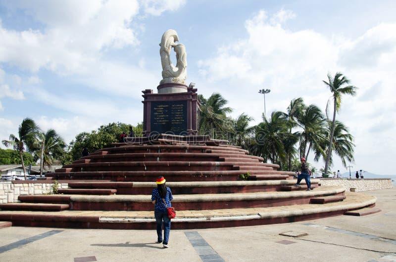 Les personnes thaïlandaises voyagent et visite au cap de Laem Thaen en plage de Saen de coup dans Chonburi, Thaïlande images libres de droits