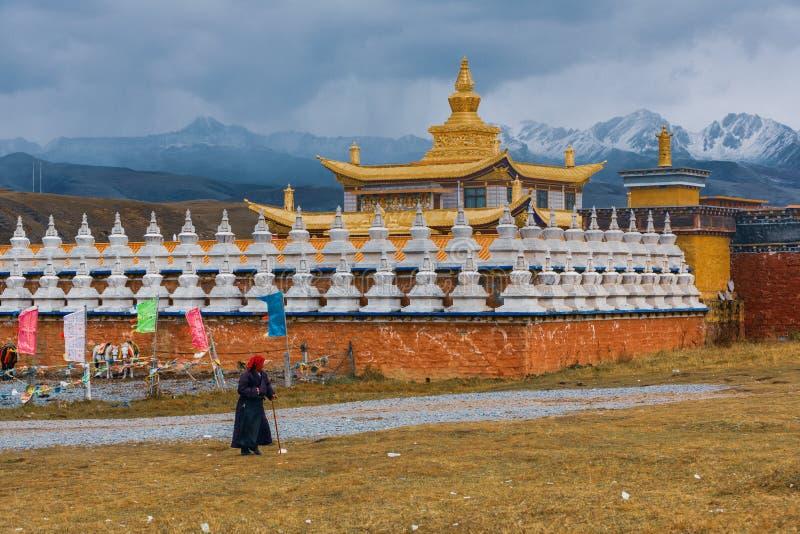 Les personnes tibétaines vivent dans la prairie de Tagong en Chine photographie stock