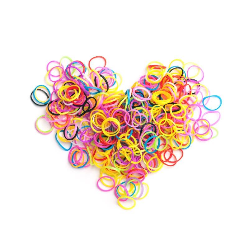 Les petites bandes élastiques colorées rondes au coeur forment photos stock