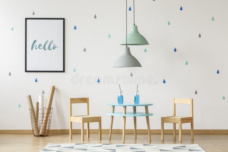 Les petites chaises et table en bois ont placé pour les enfants et l'affiche de maquette dessus photographie stock