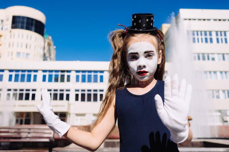 Les petites expositions de fille de pantomime pantomime sur la rue images libres de droits
