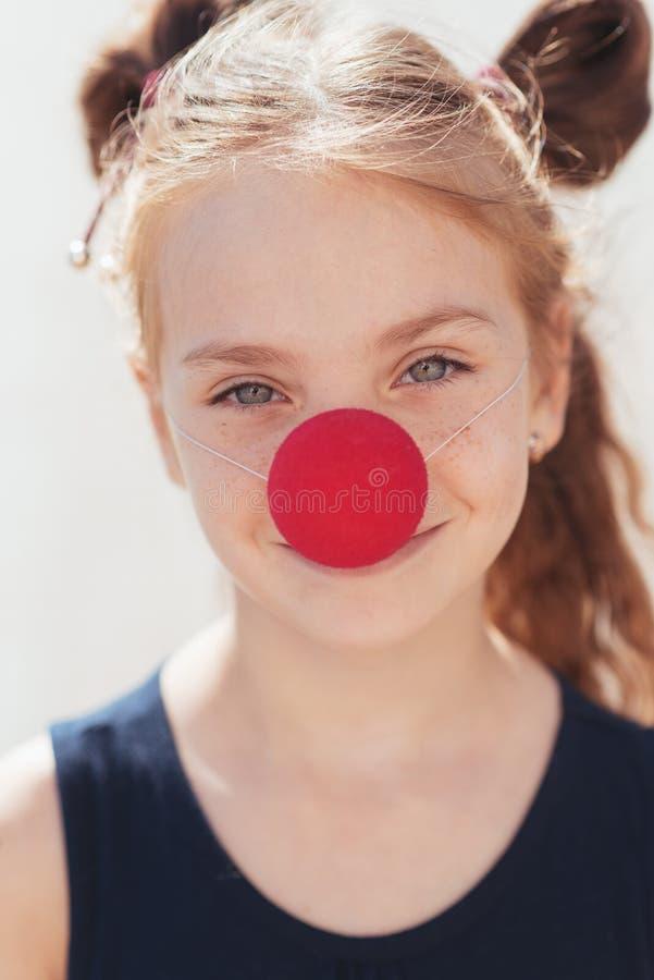 Les petites expositions de fille de pantomime pantomime sur la rue photographie stock libre de droits