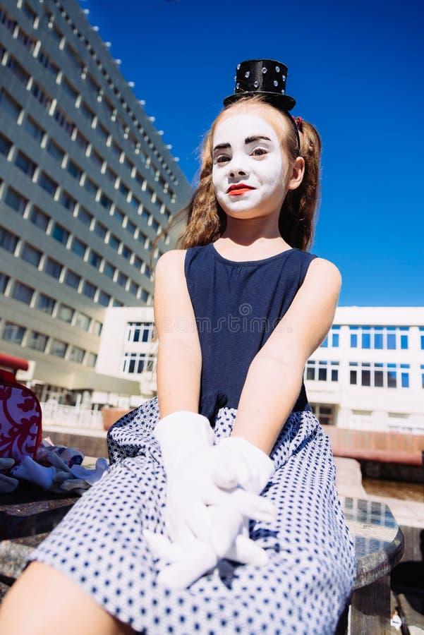 Les petites expositions de fille de pantomime pantomime sur la rue photo libre de droits