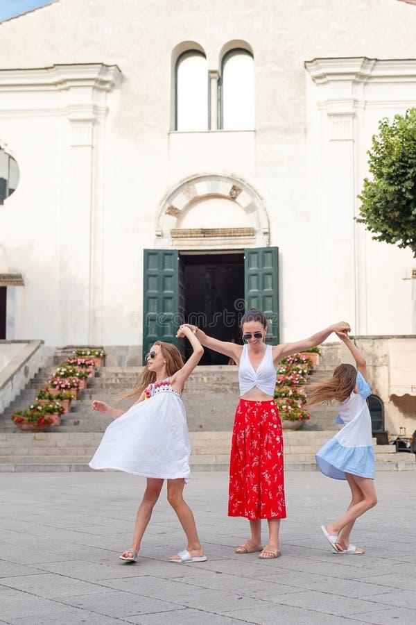 Les petites filles adorables et la jeune mère ont l'amusement photos libres de droits