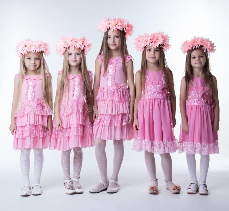 Les petites filles dans le rose de charme rectifie et tresse photos stock