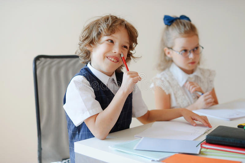 Download Les Petits élèves Drôles Se Reposent à Un Bureau Photo stock - Image du classmate, pente: 76079180
