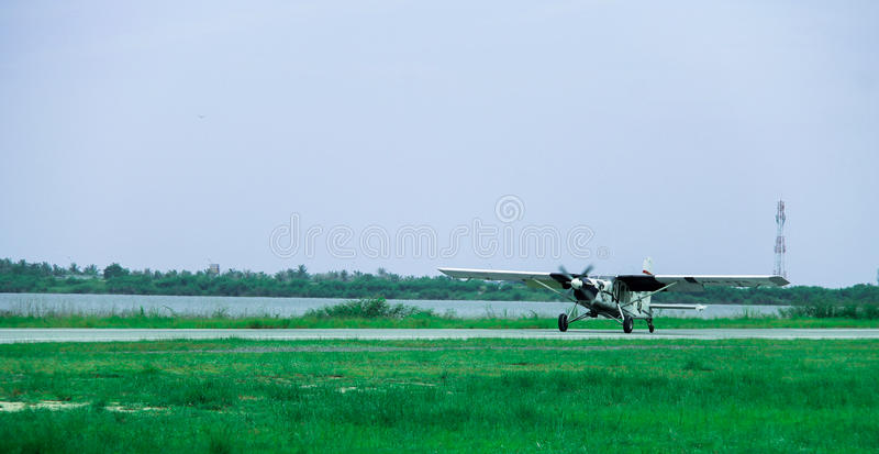Les petits avions volent dans le ciel images stock