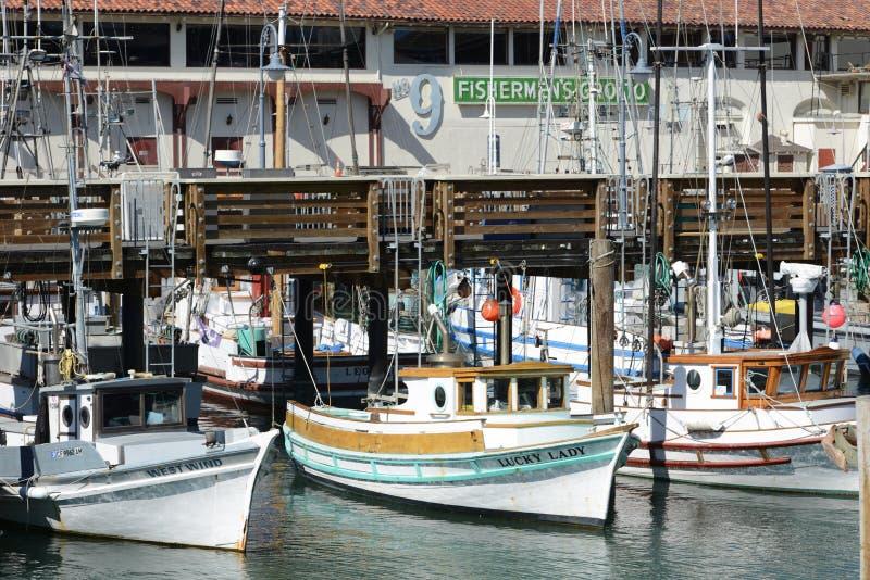 Les petits bateaux attendent leur heure heureuse photo libre de droits