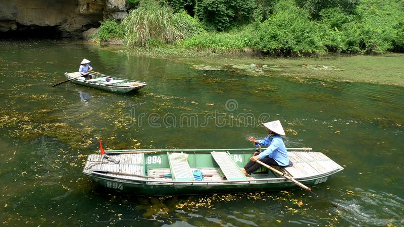 Les petits bateaux entrent et sur la petite rivière images libres de droits