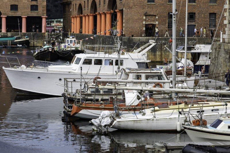 Les petits bateaux nombreux ont amarré à quai dans le visiti d'Albert Dock Liverpool photographie stock libre de droits