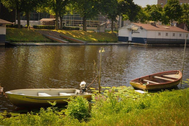 Les petits bateaux ont amarré sur les banques d'une rivière à Breda photos stock