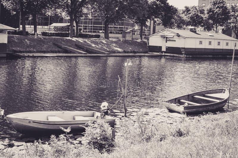 Les petits bateaux ont amarré sur les banques d'une rivière à Breda photos libres de droits