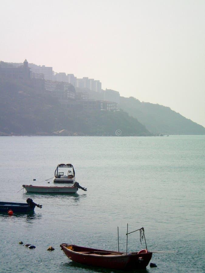 Les petits canots automobiles ont amarré dans une baie en Hong Kong photo libre de droits
