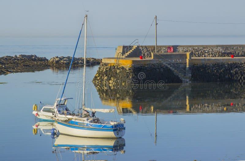 Les petits embarcations de plaisance et yachts sur leurs amarrages une belle soirée d'été dans le village de Groomsport hébergent photographie stock libre de droits