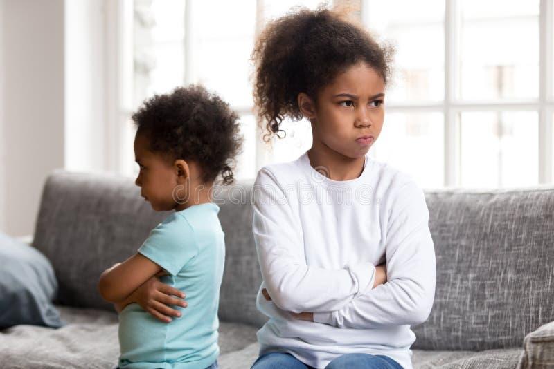 Les petits enfants de mêmes parents têtus évitent de parler après combat photo stock