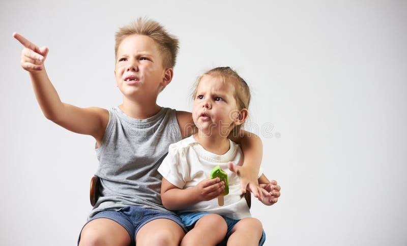 Les petits enfants mignons se dirigent par le doigt sur quelque chose loin image libre de droits
