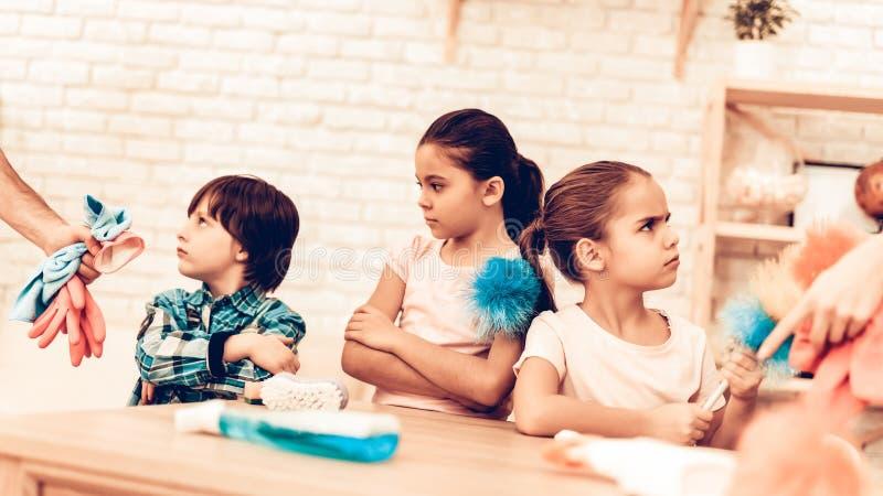 Les petits enfants offensés ne veulent pas la pièce de nettoyage photographie stock