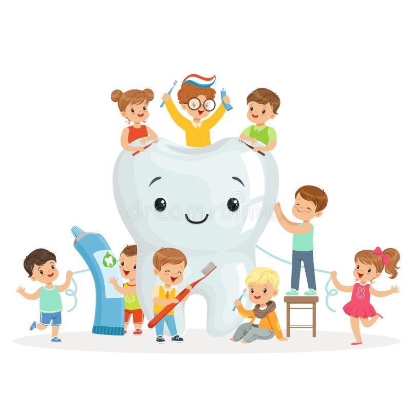 Les petits enfants prennent soin de et nettoient une grande, souriante dent Personnages de dessin animé colorés illustration libre de droits