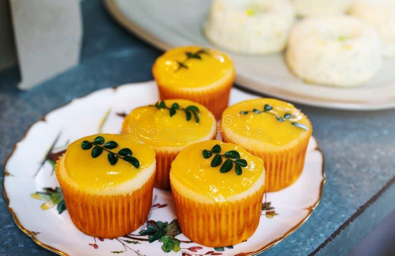 Les petits gâteaux de citron avec le vert de citron partent, groupe de petit gâteau de boulangerie et autre gâteau, foyer sélecti photo libre de droits