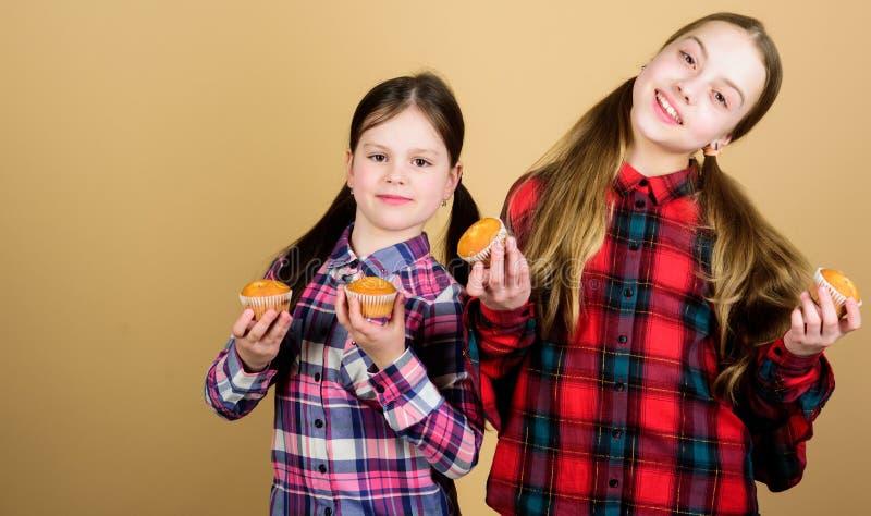 Les petits gâteaux pour chaque type d'appétit Petits gâteaux de cuisson heureux de petite fille à la maison Sourire heureux de pe photo libre de droits