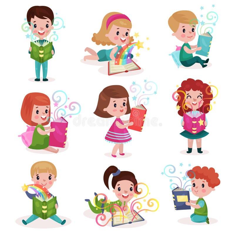 Les petits garçons mignons et les filles lisant des livres de conte de fées placent, badinent les illustrations colorées de bande illustration libre de droits